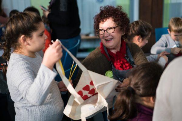 """Mannheim – """"Wichtig, dass das in einer Kirche stattfindet"""" – Gerlinde Kretschmann hat die Mannheimer KinderVesperkirche besucht und mitgeholfen"""