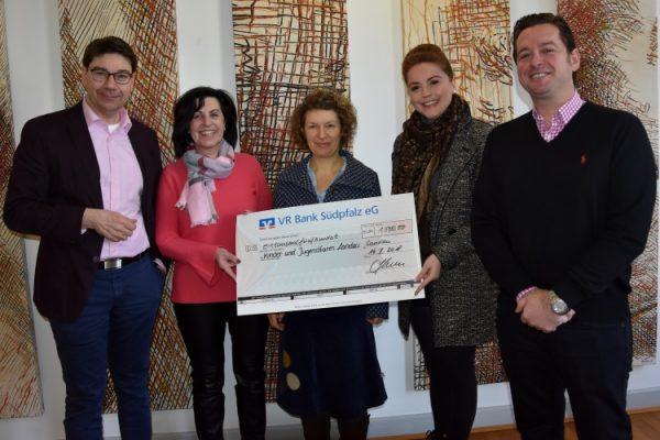 Landau – Erlös aus Charity-Event des Feinkostgeschäfts Casella – Kinder- und Jugendfarm Landau freut sich über Spende in Höhe von 1.500 Euro