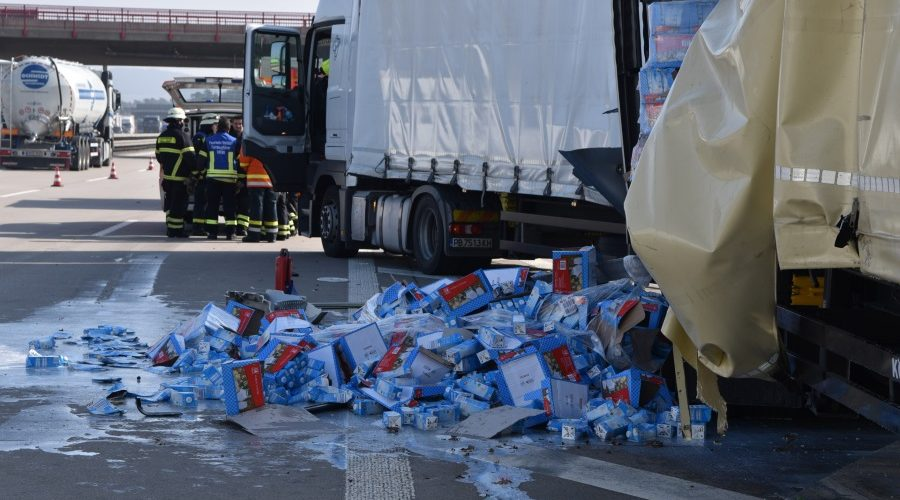 Walldorf – Verkehrsunfall mit drei beteiligten Lastwagen – Zwei Personen schwer verletzt.- Chaos auf A6/A55