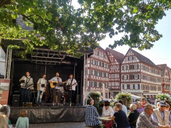 Mosbach – Erlebnis-Saison in der Mosbacher Innenstadt eröffnet mit vollem Programm – Kunsthandwerkermarkt mit Französischem Markt und Streetfood Festival – Bummeln und Einkaufen mit Erlebnisfaktor das ganze Jahr über