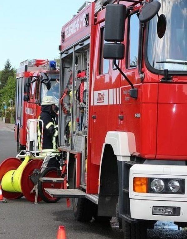 Hemsbach – Unbekannte zündelten – Feuerwehr Hemsbach im Einsatz Zeugen gesucht