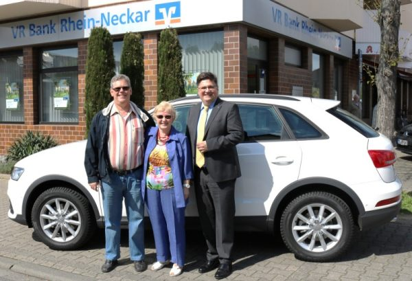 Mannheim – Vorstandsmitglied der VR Bank Rhein-Neckar eG übergibt Audi Q3 an Gewinner