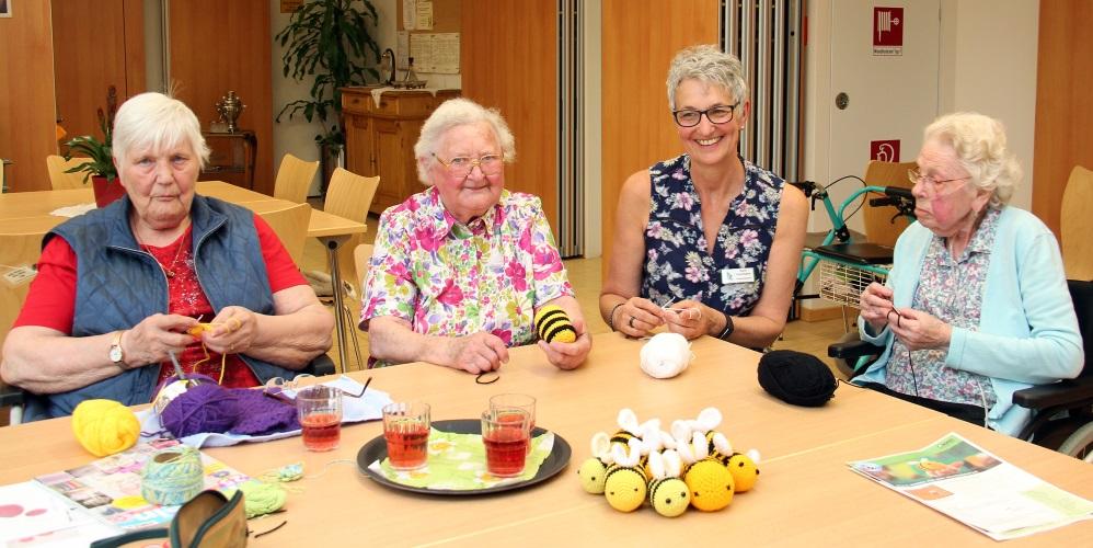 mannheim seniorinnen h keln f r den bienenschutz caritas pflegezentrum beteiligt sich an. Black Bedroom Furniture Sets. Home Design Ideas