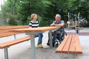 Heidelberg – Barrierefrei picknicken: Stadt stellt rollstuhlgeeignete Tisch-Bank-Kombinationen auf