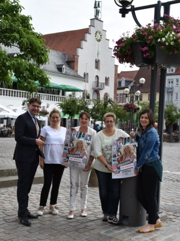 Landau – Sommer in der City – Attraktive Innenstadt lockt Besucherinnen und Besucher nach Landau – Möbel Ehrmann sponsert Blumenampeln in der Fußgängerzone – Erstmals Verkaufsoffener Sonntag zum Landauer Sommer