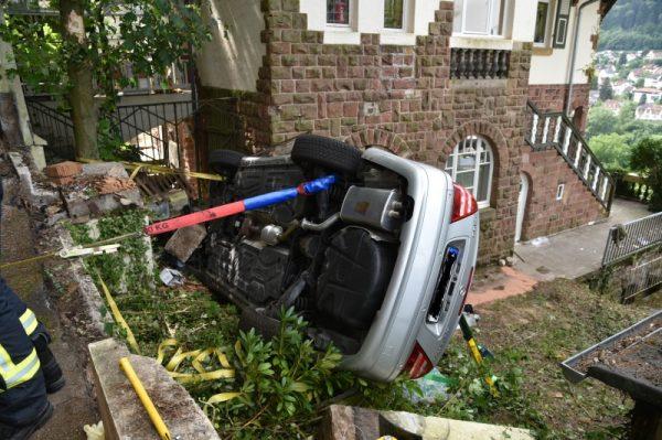 Heidelberg – Erstmeldung: Mercedes prallt gegen Hauswand  – Schwierige Rettung