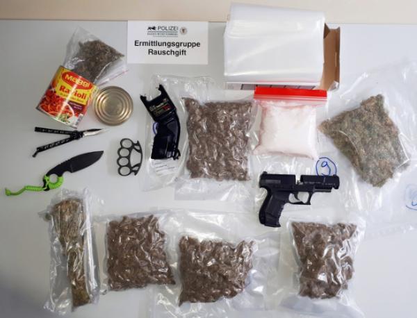 Mannheim – Vier junge Männer auf Antrag der Staatsanwaltschaft Mannheim wegen des Verdachts des illegalen Handels mit Betäubungsmitteln in Untersuchungshaft