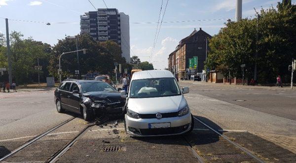 Ludwigshafen -31-jährige Unfallverursacherin ohne Führerschein – Straßenbahnverkehr ausgesetzt