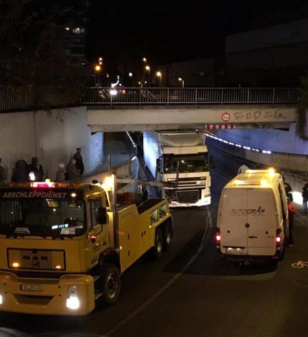 Frankenthal – LKW bleibt an Unterführung nähe Hauptbahnhof stecken – Bahnverkehr stark behindert!!