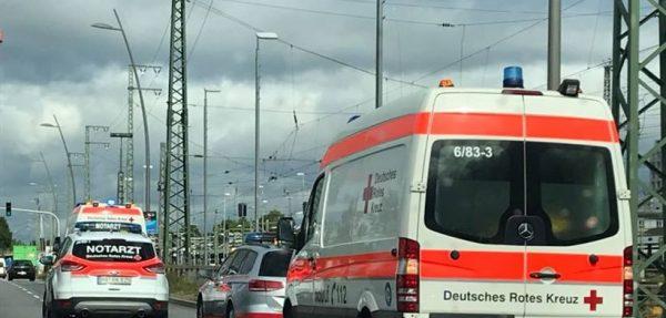 Mannheim – Radfahrer überquert Straße, wird von Auto erfasst und schwer verletzt