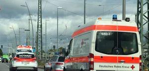 Mannheim – Junger Mann beleidigt, bedroht, schlägt und tritt gegen Polizeibeamte u. Rettungskräfte