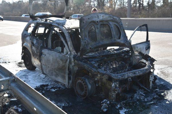 Mannheim  – Erstmeldung- Rheinau: Pkw auf #A6 ausgebrannt – Achtung aktuell Rückstau