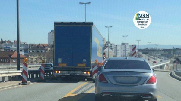 Ludwigshafen –  Aktuell blockiert ein LKW die Hochstraße Richtung Mannheim