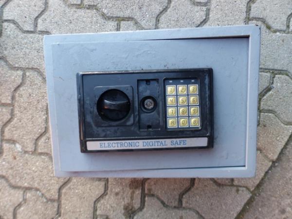 Neustadt/Weinstraße – Elektronischer Möbeltresor im Speyerbach gefunden