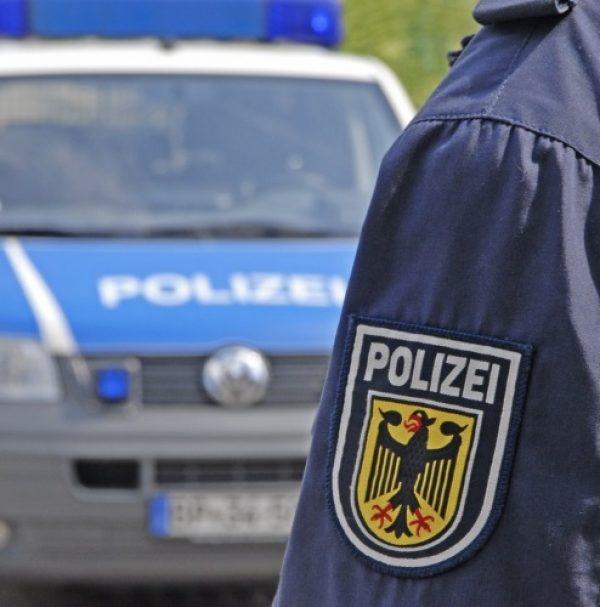 Mannheim – Unbekannter raucht im Zug und bedroht Mann mit Messer