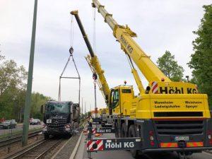 Ludwigshafen – Nachtrag: Derzeit LKW Bergung nach Unfall in der #Brunckstraße