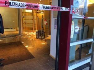 Schwetzingen – Geldautomat gesprengt – Täter flüchten in dunklem Pkw