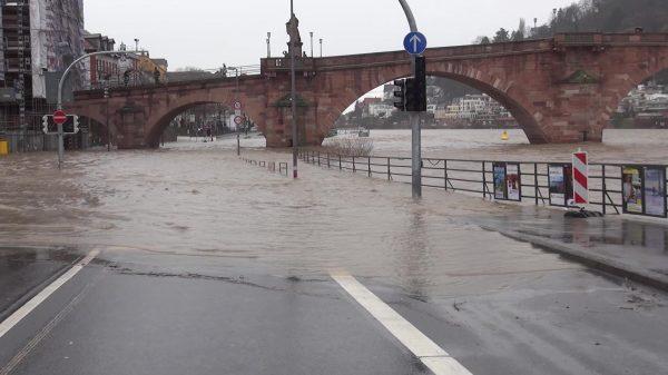 Heidelberg – Kleines Hochwasser erwartet: Stadt bringt Sandsäcke an der Alten Brücke an