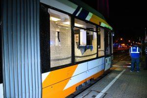 Mannheim – Straßenbahn fährt in Absperrgitter das in den Gleisbereich ragte – 9 Personen leicht verletzt