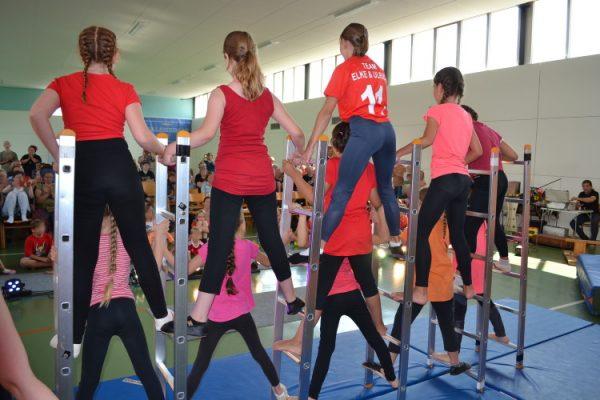 """Strahlende Kinderaugen bei der Abschlussvorstellung des Zirkusprojekts """"Ramba Zamba"""" in Walsheim"""
