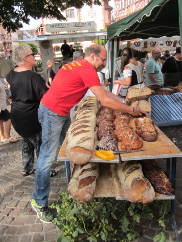Mosbach – Beim Kurpfälzer Brotmarkt dreht sich alles um das Grundnahrungsmittel Nummer 1 in Deutschland – Mosbacher Jazzband Grünspan sorgt für beswingten Ohrenschmaus