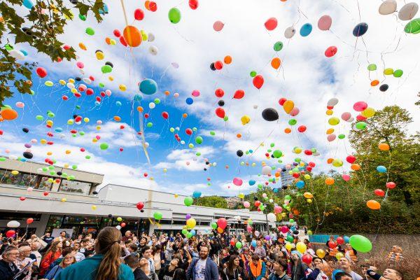 Heidelberg – Mehr als 1.000 Kinder und Erwachsene ließen bunte Luftballons steigen: Emmertsgrund setzt Zeichen für Solidarität und ein friedliches Miteinander