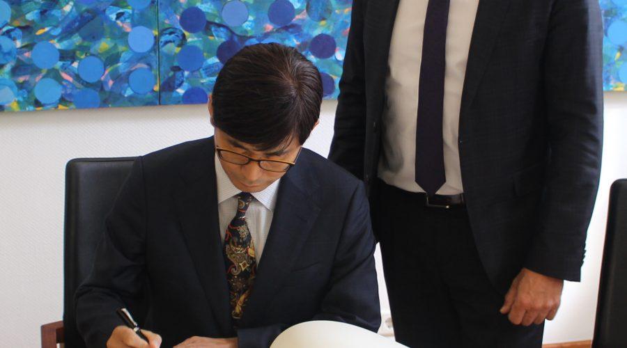 Heidelberg – Hoher Besuch bei Oberbürgermeister Prof. Dr. Eckart Würzner: Generalkonsul der Republik Korea trug sich in das Goldene Buch der Stadt Heidelberg ein