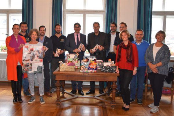 """Landau – """"Weihnachtspäckchenkonvoi"""" bringt Weihnachtszauber nach Osteuropa: OB Hirsch und Landrat Seefeldt unterstützen Aktion der Round-Table-Familie"""
