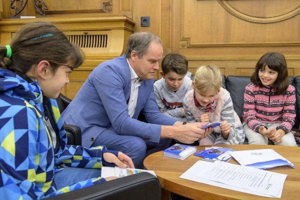 """Heidelberg – """"Wenn ich Bürgermeister wäre"""" – Kinder übergaben Wünsche an Oberbürgermeister Prof. Dr. Eckart Würzner – Postkartenaktion des Heidelberger Kinderschutzbundes"""