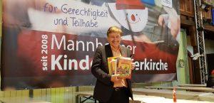 Mannheim – 500 Bücher für die Kinder gespendet KinderVesperkirche – Kundschaft der Buchhandlung Waldkirch spendete 500 Bücher für junge Lesefans – Vorlesepaten lesen Geschichten in Lese-Oase vor