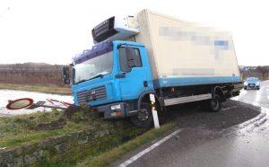 Neustadt – Lkw kommt von Fahrbahn ab