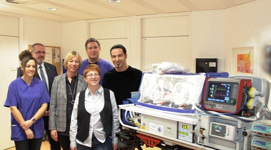 Mannheim – Bülent Ceylan spendet Transport-Inkubator für Neugeborene