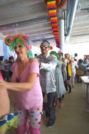 Schwetzingen – Ein Feuerwerk der guten Laune bei der Faschingsparty im GRN-Betreuungszentrum Sinsheim – GRN-Mitarbeiterinnen und -Mitarbeiter begeistern mit mitreißender Musikshow