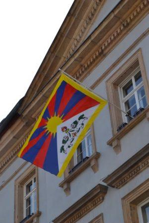 Landau – Zum Gedenktag des Volksaufstands in Tibet – Stadt Landau hisst Flagge am Rathaus – Tibet-Initiative lädt zum Filmabend im GLORIA Kulturpalast