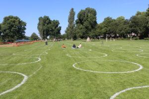 Heidelberg – Neckarwiese: 170 aufgemalte Kreise bieten Orientierungshilfe beim Abstandhalten