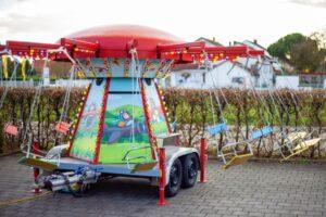 Landau – Neu auf dem Landauer Stiftsplatz: Kinder-Kettenkarussell freut sich immer freitags und samstags auf kleine Besucherinnen und Besucher