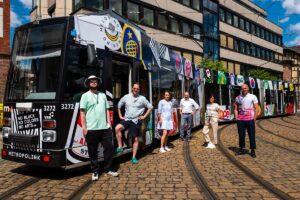 Heidelberg – Stadtwerke Heidelberg unterstützen Metropolink-Festival: Straßenbahn wird zur fahrenden Streetart der Heidelberger Grafik-Designer Max Hathaway und Götz Gramlich.