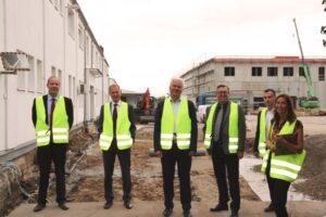 Rhein-Pfalz-Kreis -Südwest investiert 10 Millionen Euro in Böhl – Landrat Clemens Körner und Bürgermeister Peter Christ besuchten das mittelständische Unternehmen Südwest in Böhl und gratulierten zur Fertigstellung des Rohbaus des neuen Logistikzentrums