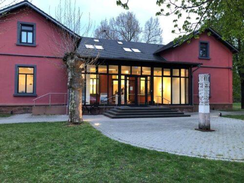 """Frankenthal – """"Die Kirche bleibt nicht im Dorf"""" – neue Ausstellung im Kunsthaus Frankenthal"""