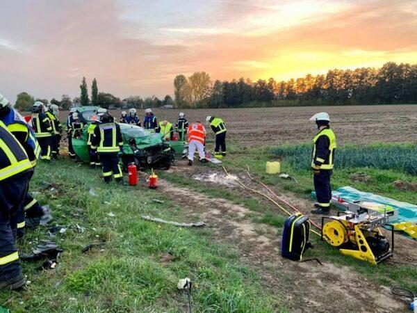 Dannstadt-Schauernheim / Böhl-Iggelheim – Erstmeldung: Schwerer Verkehrsunfall auf der Landstraße zwischen Dannstadt und Böhl – Feuerwehr muss schwerstverletzten Fahrer aus Auto befreien