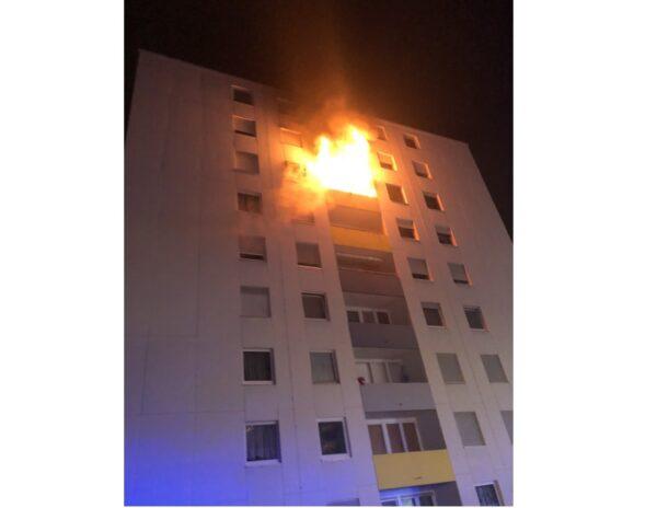 Frankenthal –  NACHTRAG mit VIDEO: Brand im 6.OG eines Mehrfamilienhauses – VIDEO –  Mehrere Wohnungen aktuell nicht mehr bewohnbar – 1 Person leicht verletzt