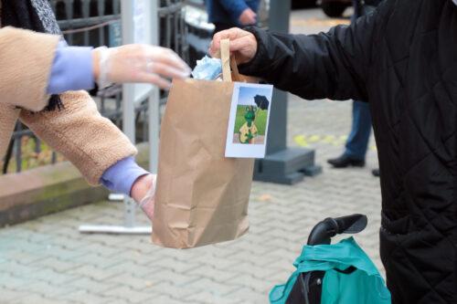 Mannheim – Bedürftige und Obdachlose unter Pandemie-Bedingungen bewirtet – Erste Sonntagseinladung: Pfarrei St. Josef gibt Tüten mit Leckereien aus