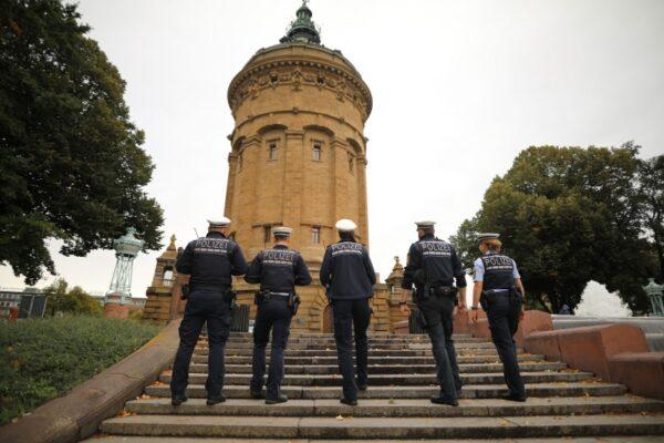 """Mannheim: Starker Ansturm auf Geschäfte am """"Black Friday"""" in Mannheimer Innenstadt; lange Warteschlagen"""