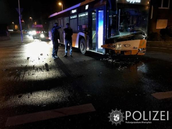 Ludwigshafen – Zeugen dringend gesucht – Unfall zwischen Bus und Auto