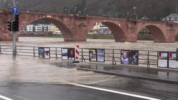 Heidelberg – Kleines Hochwasser erwartet: Stadt bittet Fahrzeuge an der Alten Brücke umzuparken! Sandsäcke liegen bereits