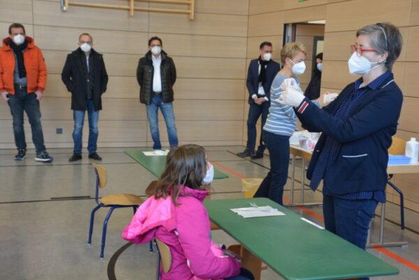 Germersheim – Gelungener Start für Corona-Selbsttests an Grundschulen – Kinderleicht, schnell und sicher