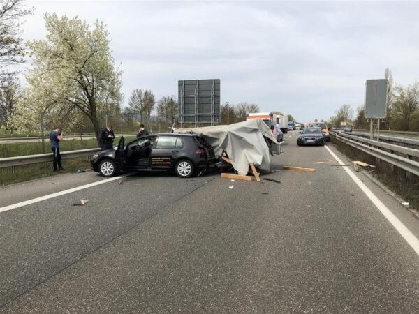 Landau – Anhänger steht quer auf Autobahn 65 – eine Person schwer verletzt
