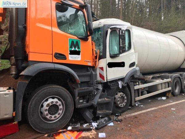 Annweiler – NACHTRAG: Frontalzusammenstoß zweier LKW auf der #B48 – Weiterhin Vollsperrung – Umleitungen eingerichtet