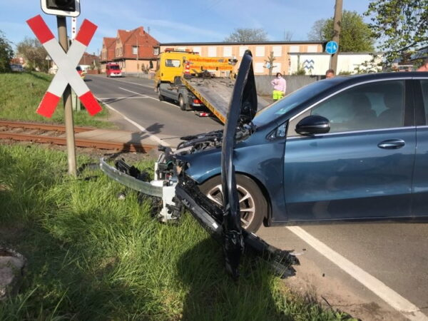 Neustadt –  VIDEO – Auto am Bahnübergang Mußbach mit Zug kolllidiert