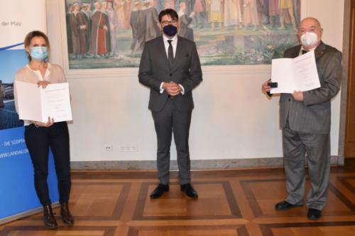 Landau – Für besonderes soziales Engagement . Magdalena Schwarzmüller und Edwin Deppert aus Landau mit Ehrennadel des Landes Rheinland-Pfalz ausgezeichnet